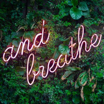 """Foto med teksten """"and breathe"""" for å illustrere det å ta vare på seg selv"""