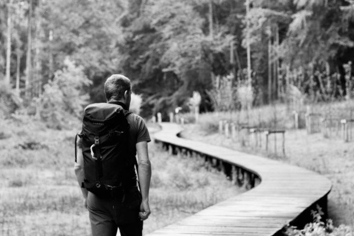 et bilde av mann med ryggsekk for å illustrere å bære
